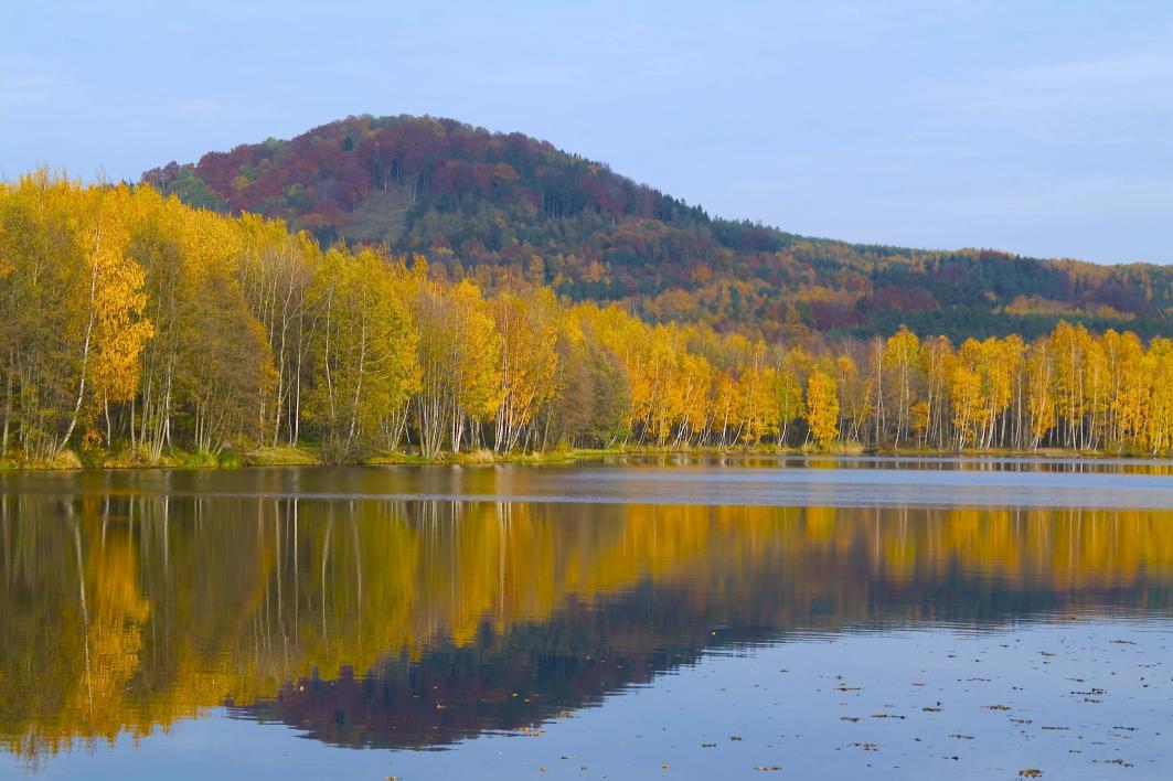 Radvanecký rybník potěší rybáře i horolezce