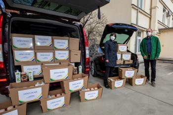 Plzeňský kraj děkuje zdravotníkům dárkovými balíčky